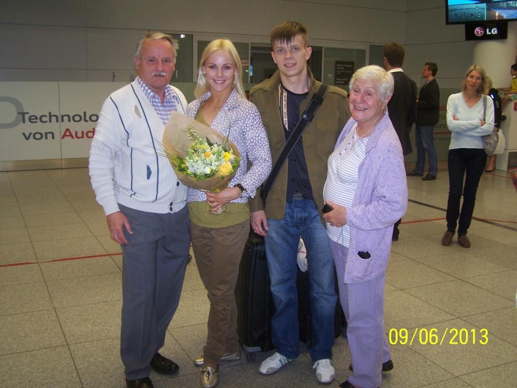 Anton und Alona Flughafen mit Fam. OTTO